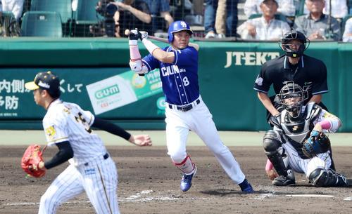 阪神対中日 2回表2死二塁、大島は左越え適時三塁打を放つ(撮影・加藤哉)
