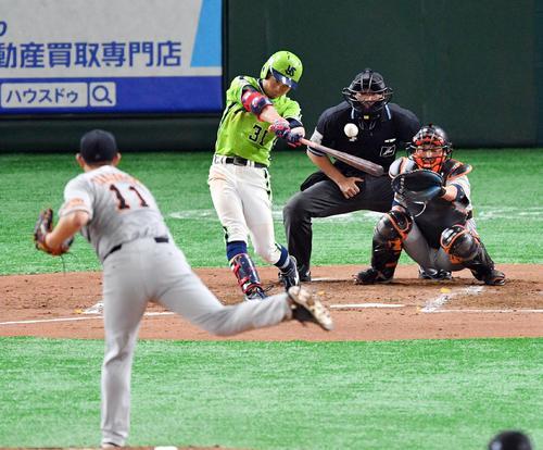 巨人対ヤクルト 3回表ヤクルト無死一塁、山崎は中適時三塁打を放つ(撮影・滝沢徹郎)