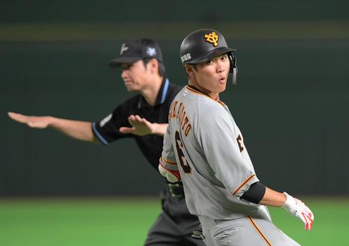 巨人対ヤクルト 5回裏巨人1死、坂本勇は遊ゴロを放ち、送球がそれる間に一塁に駆け込む(撮影・加藤諒)