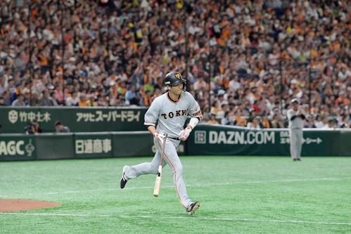 巨人対ヤクルト 1回裏巨人1死、坂本勇は中前安打を放って開幕からの連続試合出塁を36とし、セ・リーグ記録を更新する(撮影・加藤諒)