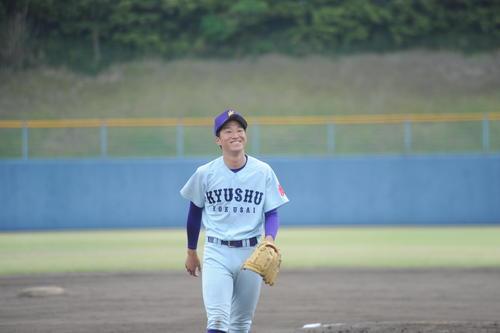 九国大対九大 九国大の2番手、安河内辰朗投手が7回から3イニングを完璧救援しての勝利にニッコリ(撮影・浦田由紀夫)