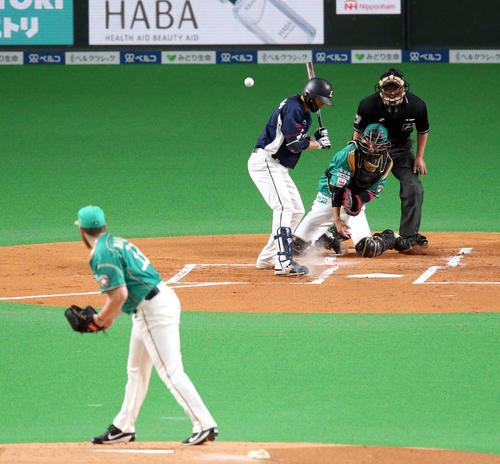 日本ハム対西武 1回表西武2死一、三塁、打者栗山に対して暴投をする日本ハム・バーベイト(撮影・佐藤翔太)