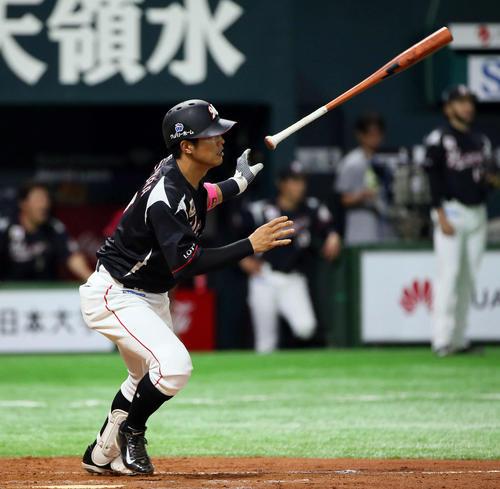 7回表ロッテ1死二、三塁、中村奨吾は中前同点適時打を放つ(撮影・栗木一考)