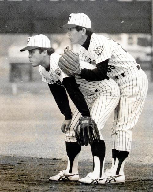 二塁にコンバートされ、秋季練習で一枝修平コーチ(右)から手取り足取りのマンツーマン指導を受ける岡田彰布(1984年11月28日撮影)