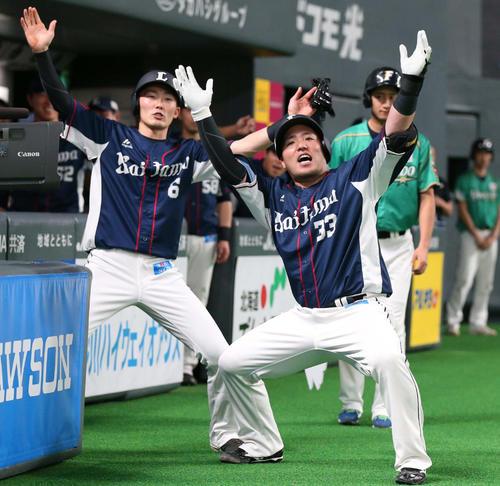 日本ハム対西武 3回表西武1死二塁、左越えに通算100号の2点本塁打を放ち「どすこいポーズ」の山川(2019年5月12日撮影)