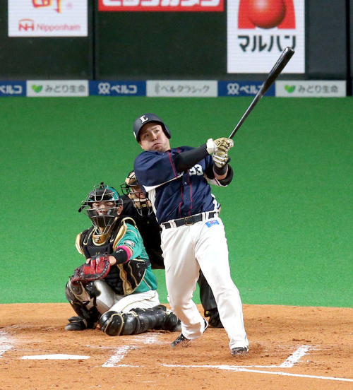 日本ハム対西武 3回表西武1死二塁、山川は通算100号となる左越え2点本塁打を放つ(2019年5月12日撮影)