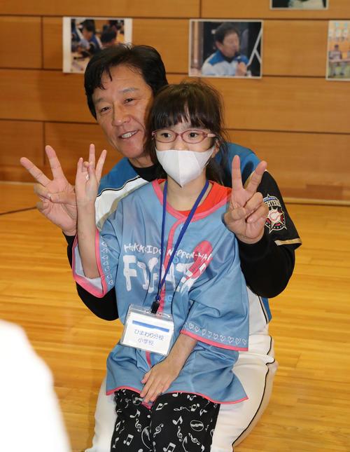 北海道大学病院内にあるひまわり分校に通う児童や生徒たちと笑顔で記念撮影に応じる日本ハム栗山監督(撮影・佐藤翔太)