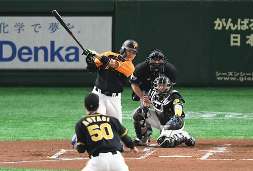 1回裏1死三塁、丸は右翼へ適時二塁打を放つ(撮影・山崎安昭)