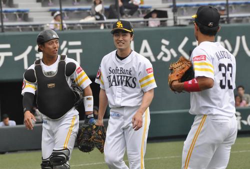 ウエスタン・リーグ ソフトバンク対阪神 ソフトバンク和田(中央)は1回を無失点に抑え笑顔でベンチへ戻る。左は九鬼、右は増田