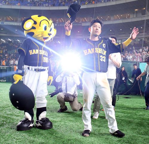 巨人対阪神 ヒーローインタビューを終えた阪神糸原(右)はファンの声援に応える(撮影・垰建太)