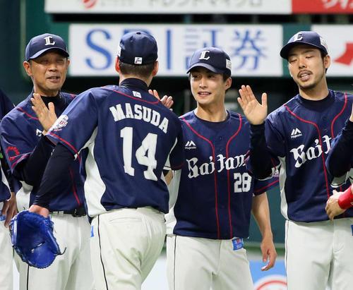 プロ初勝利を挙げた森脇亮介(中央)は笑顔でナインを出迎える(撮影・栗木一考)