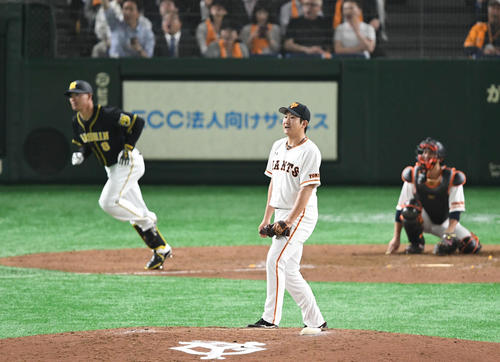 巨人対阪神 5回表阪神1死、菅野は福留は右越えソロ本塁打を許す(撮影・山崎安昭)