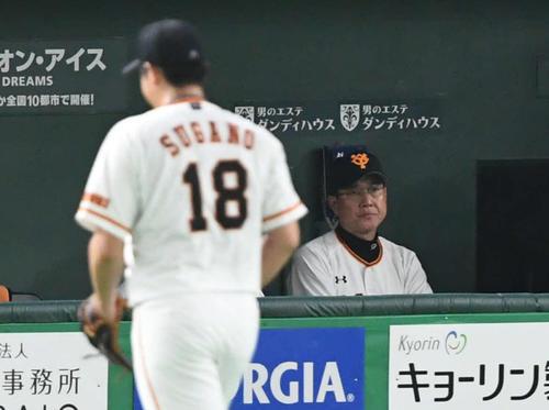 巨人対阪神 6回途中、巨人原監督(後方)は菅野を降板させる(撮影・山崎安昭)