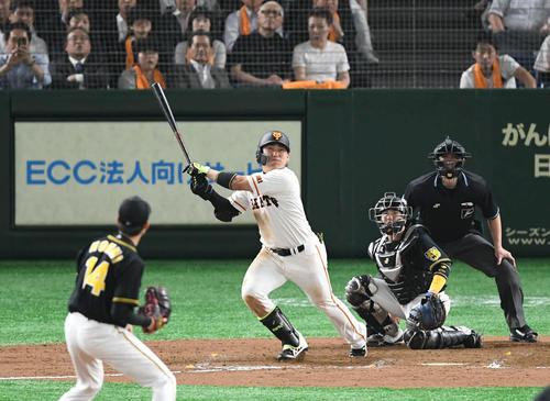 巨人対阪神 7回裏巨人1死一、三塁、丸は左越え3点本塁打を放つ。投手能見(撮影・山崎安昭)