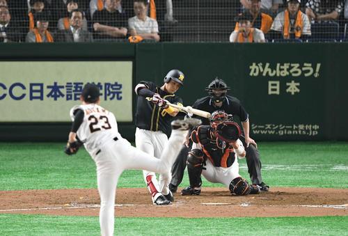 巨人対阪神 8回表阪神2死満塁、木浪は右前に2点適時打を放つ。投手野上(撮影・山崎安昭)