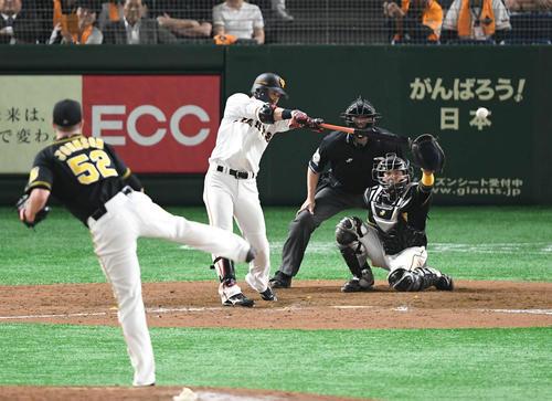 巨人対阪神 8回裏巨人1死一、二塁、代打亀井は左前に適時打を放つ。投手ジョンソン(撮影・山崎安昭)