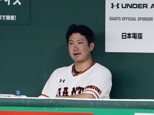 巨人対阪神 6回表阪神2死一塁、大山に2点本塁打を浴びたところで降板となり、ベンチでぼうぜんとする菅野(撮影・前田充)