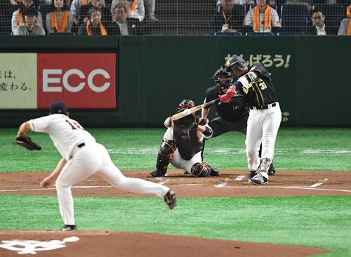 巨人対阪神 1回表阪神2死一、二塁、マルテは左翼へ適時二塁打を放つ。投手菅野(撮影・山崎安昭)
