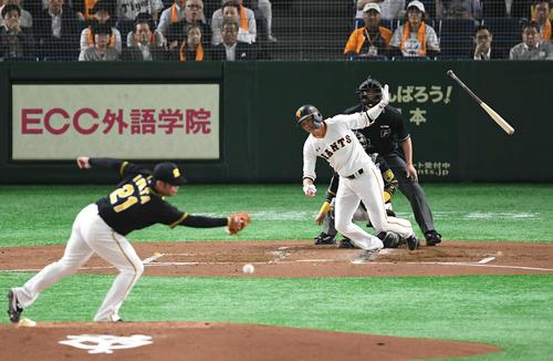 巨人対阪神 1回裏巨人1死、坂本勇は中前打を放つ。投手岩田(撮影・山崎安昭)