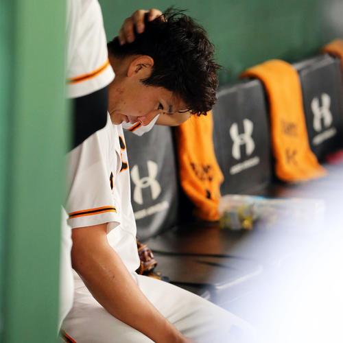 巨人対阪神 2回を終え、5失点の巨人菅野はベンチで頭をかく(撮影・垰建太)