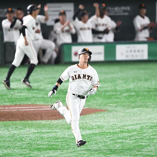 巨人対阪神 3回裏巨人無死、左越えソロ本塁打を放った石川はゆっくりとダイヤモンドを回る(撮影・山崎安昭)