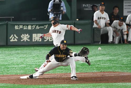巨人対阪神 4回裏巨人2死三塁、遊ゴロを打った菅野は猛ダッシュ。1度アウトの判定も、リプレー検証で適時内野安打となる。一塁手マルテ(撮影・山崎安昭)