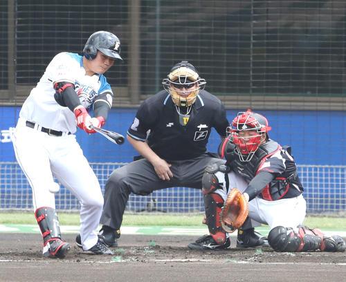 日本ハム対ロッテ 1回裏日本ハム1死一塁、右前打を放つ清宮(撮影・河野匠)