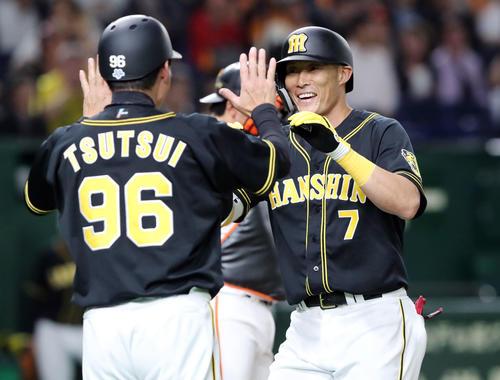 巨人対阪神 1回表阪神1死一塁、先制の右越え2点本塁打を放ち笑顔で生還する糸井(撮影・垰建太)