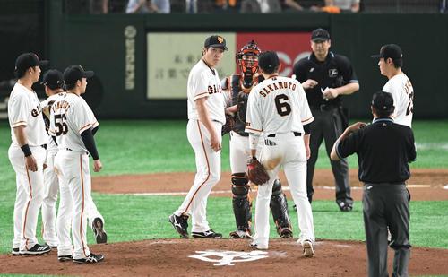 巨人対阪神 6回表阪神無死一塁、菅野(中左)はマウンドで小林らチームメートに声をかけられる(撮影・山崎安昭)