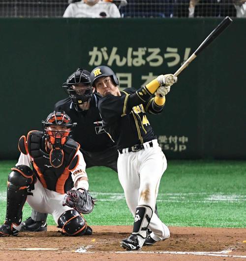 7回表阪神無死、梅野は左越えソロ本塁打を放つ。投手田口(撮影・山崎安昭)