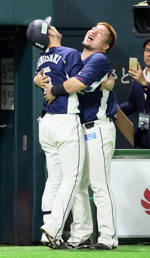 ソフトバンク対西武 9回表西武1死一塁、外崎修汰は左中間へ逆転2点本塁打を放ち山川穂高(右)の出迎えを受ける(撮影・栗木一考)