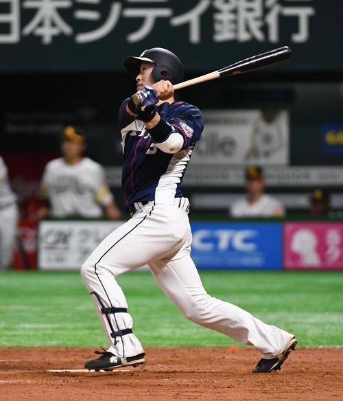 ソフトバンク対西武 9回表西武1死一塁、外崎修汰は左中間に逆転の2点本塁打を放つ(撮影・今浪浩三)
