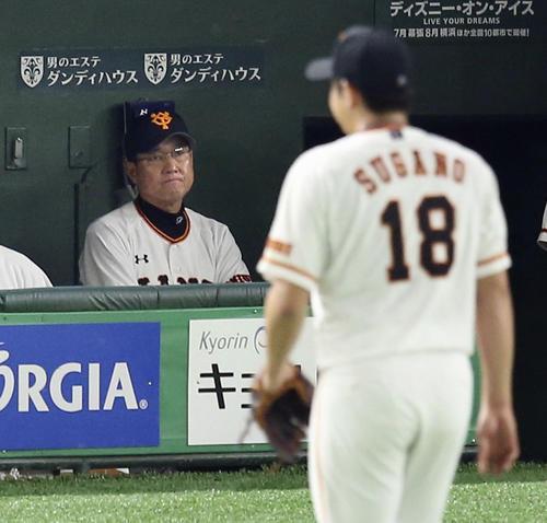 6回、阪神に追加点を許し、ベンチで厳しい表情の巨人・原監督。右は降板する菅野(共同)