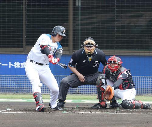 日本ハム対ロッテ 1回裏日本ハム1死一塁、右前打を放つ清宮(2019年5月15日撮影)