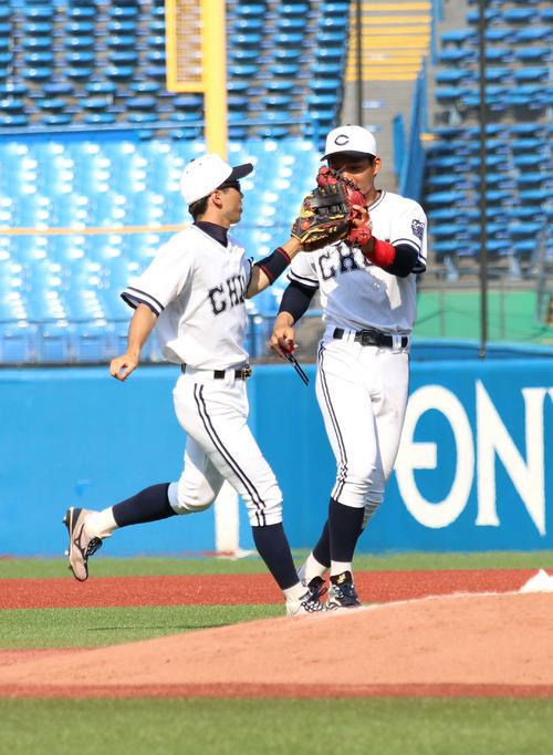 亜大対中大 逆転本塁打を放った中大・森下(右)は勝利し、ナインと笑顔でハイタッチ(撮影・飯岡大暉)