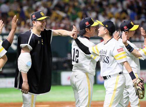 ソフトバンク対西武 負けなしの5勝目を挙げ笑顔でナインを迎える高橋礼(左)(撮影・栗木一考)