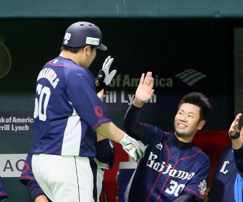 ソフトバンク対西武 5回表西武無死、中村は左越えに同点本塁打を放ち、ベンチ前で榎田(右)の出迎えを受ける(撮影・栗木一考)