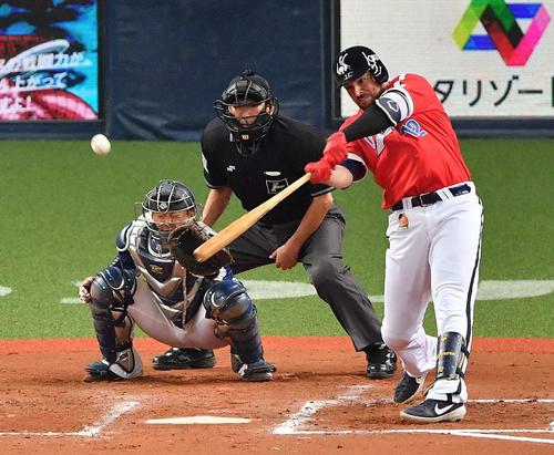 7回裏オリックス2死一塁、右中間へ同点2点本塁打を放つマレーロ(撮影・上田博志)