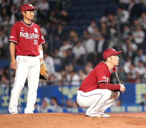 ロッテ対楽天 7回表楽天2死満塁、鈴木に満塁本塁打を浴びマウンドにしゃがみ込む美馬。左は銀次(撮影・中島郁夫)