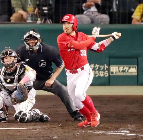 阪神対広島 9回表広島2死満塁、菊池は右前に2点適時打を放つ(撮影・加藤哉)