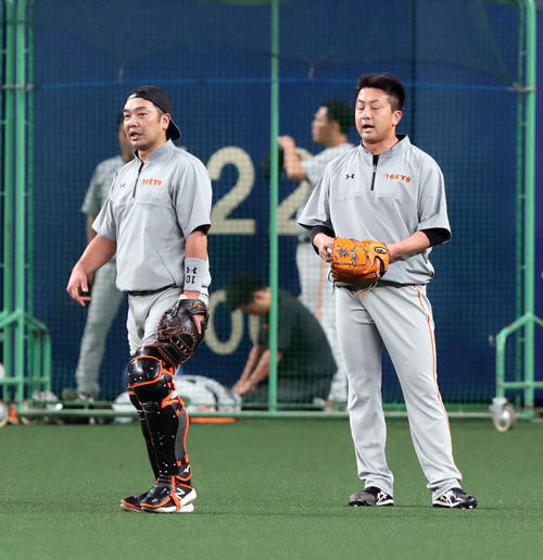 中日対巨人 試合前、巨人阿部(左)は沢村の投球を受け言葉を交わす(撮影・垰建太)