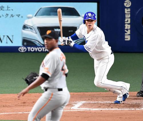 中日対巨人 6回裏中日無死、遠藤は中前打を放つ。投手メルセデス(撮影・前岡正明)