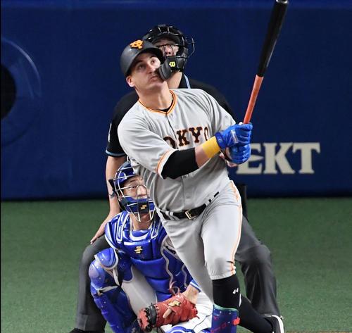 中日対巨人 2回表巨人無死二塁、ゲレーロは左中間に先制2点本塁打を放つ(撮影・前岡正明)