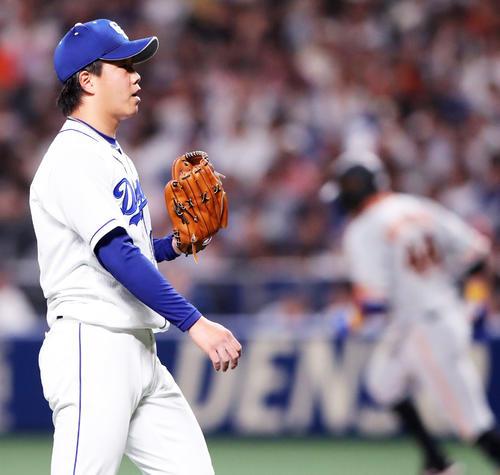 2回表巨人無死二塁、アレックス・ゲレーロ(右)に2点本塁打を浴び先制を許す柳(撮影・垰建太)