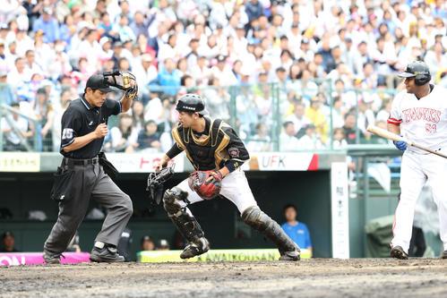 ソフトバンク対日本ハム 5回裏ソフトバンク1死二塁、打者・デスパイネのとき清水が捕逸、二塁走者の今宮健太は三塁へ(撮影・梅根麻紀)