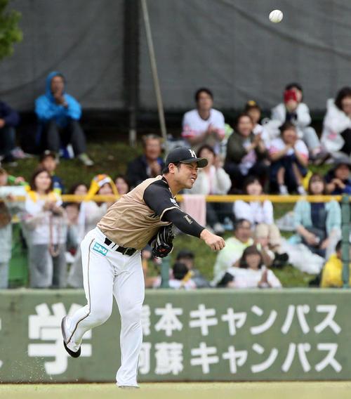 ソフトバンク対日本ハム 5回裏ソフトバンク1死二塁、今宮健太の左前打を本塁へ悪送球する近藤健介(撮影・栗木一考)