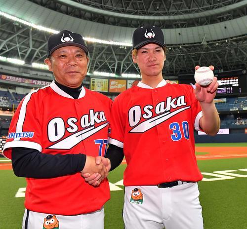 オリックス対西武 プロ初勝利をあげ勝利球を手に西村監督(左)と笑顔で握手を交わすK-鈴木(撮影・上田博志)
