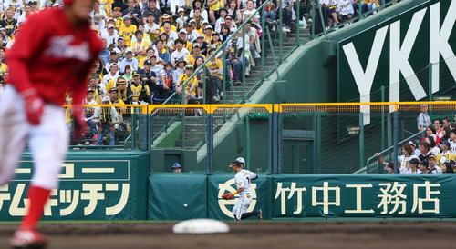 4回表広島2死一塁、菊池涼介の打球が右翼フェンス上に転がり適時三塁打となる(撮影・上山淳一)