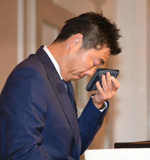 引退会見で涙を拭う巨人上原(2019年5月20日撮影)