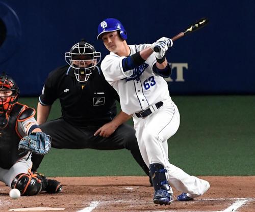 中日対巨人 6回裏中日1死二塁、代打の堂上は中前適時打を放つ。投手山口(撮影・前岡正明)